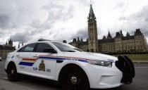 渥太华国会山一卡车突然冲上人行道撞人!目击者:撞人后嫌犯欲逃跑