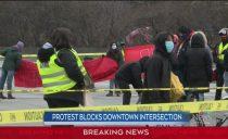 疯了!渥太华市中心遭抗议者堵死、搭帐篷烧火!汽车强行撞入人群
