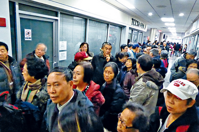 加拿大华人争领中国养老金 场面失控