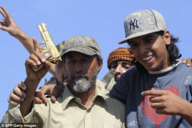 实拍:卡扎菲死前一刻视频曝光 乞求士兵饶命(图)