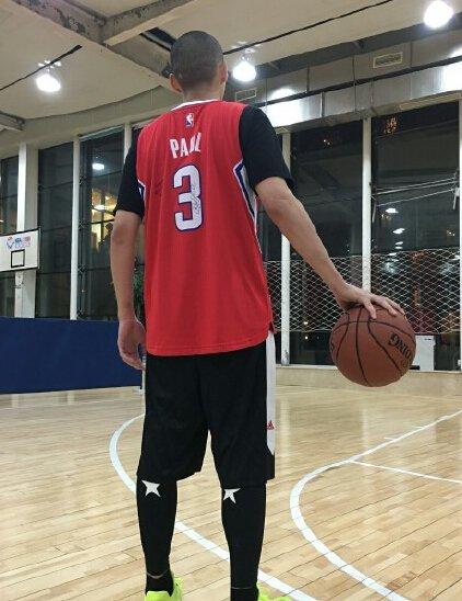 吴亦凡进击NBA 打篮球帅照曝光