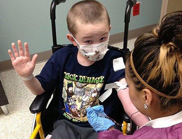 """美国10岁男孩患罕见疾病 慢慢变成""""石头""""(图)"""