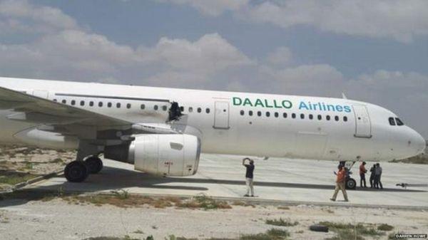 索马里客机爆炸:机身现大洞 传有乘客被吸出机外