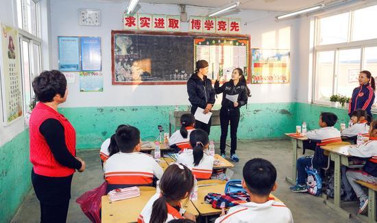 黄晓明送baby生日礼 每年助百位贫困学生