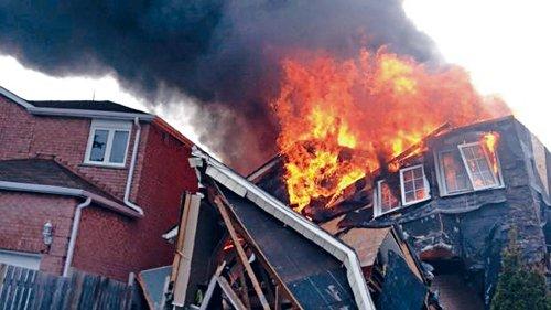 房屋燃烧不到8分钟坍塌 华裔男屋主跳楼逃生