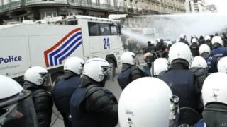 比利时警察强力驱散闹事极右派分子