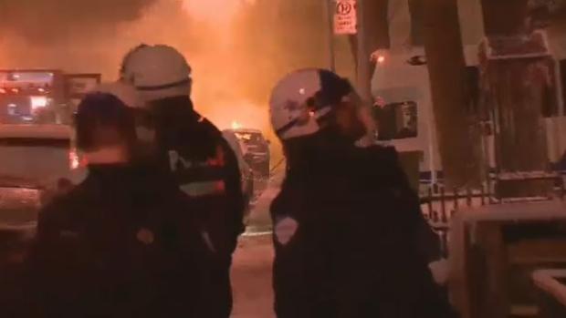 示威者烧汽车、砸警局、烧银行!抗议警察打死黑人