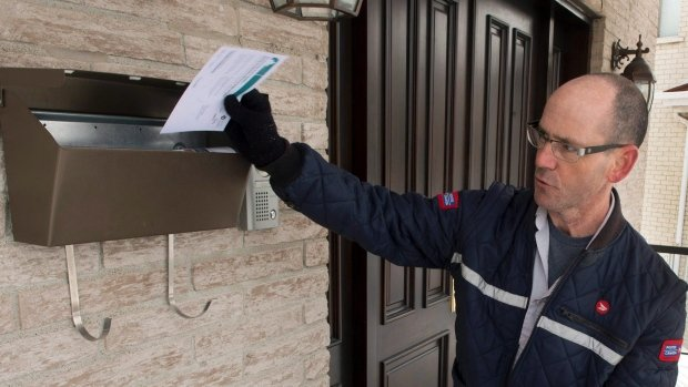 letter-carriers-attacked-20150305