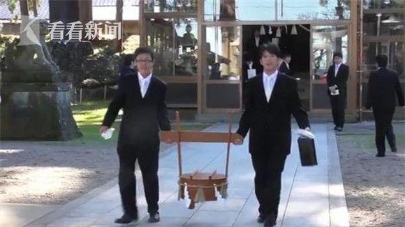"""日本民俗活动灌鲤鱼喝清酒 被指""""邪恶的仪式"""""""