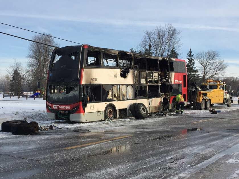 周二早上载人的oc transpo巴士在渥太华最南部的村子着火了 ERROL  MCGIHON / POSTMEDIA