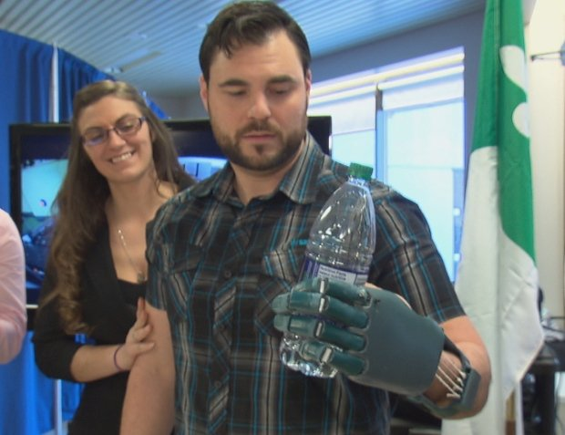 david-chasse-uses-his-3d-printed-prosthetic-hand-to-grab-a-plastic-water-bottle