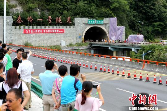 西汉高速交通事故现场直击:红色大巴正撞石壁