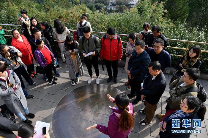 境外媒体记者从北京中轴线进入十九大时间