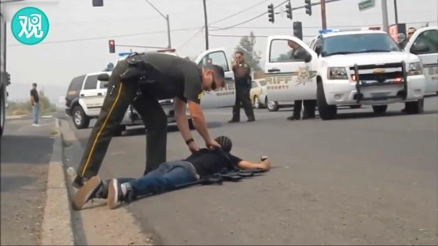 白人黑人公开持枪试验 美国警察不同反应引争议