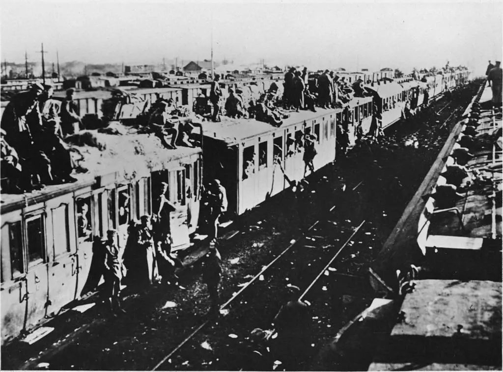 用生命在挂火车的,不只有印度人