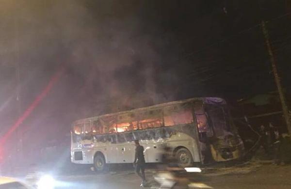 泰国旅游大巴起火被烧毁 满车中国游客死里逃生
