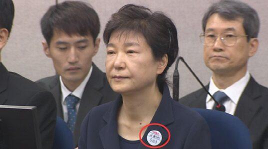 彻底扫地出门!朴槿惠照片从自由韩国党总部撤下